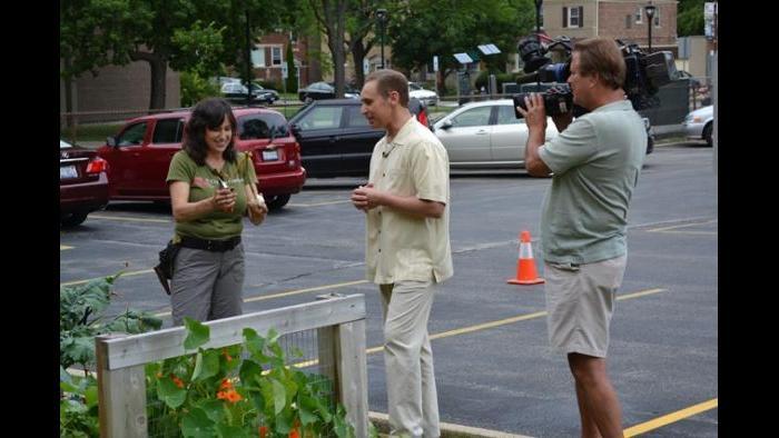 Jeanne Nolan and Eddie Arruza discuss harvesting garlic.