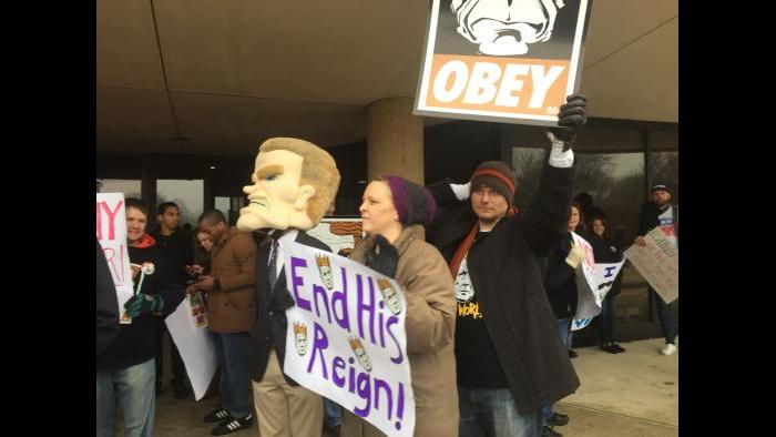 Dueling protests outside the University of Illinois at Springfield. (Amanda Vinicky / Chicago Tonight)
