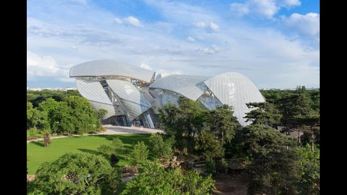 A view outward from the interior of the Foundation building. (Iwan Baan / Fondation Louis Vuitton)