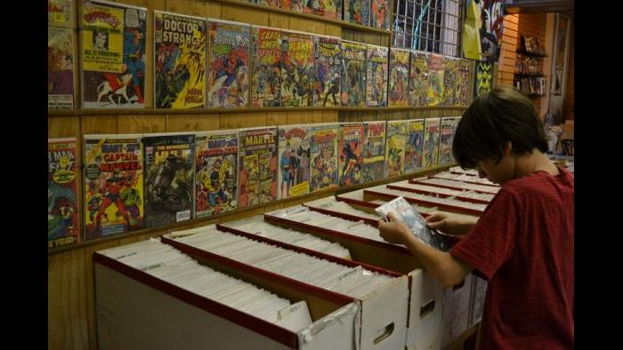 West Rogers Park resident Julian Kane searches for comics to add to his collection. (Photo/Kristen Thometz)