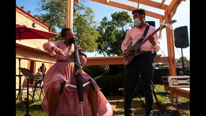 Musicians Yanna and Edward perform at the grand opening Saturday. (Grace Del Vecchio / WTTW News)