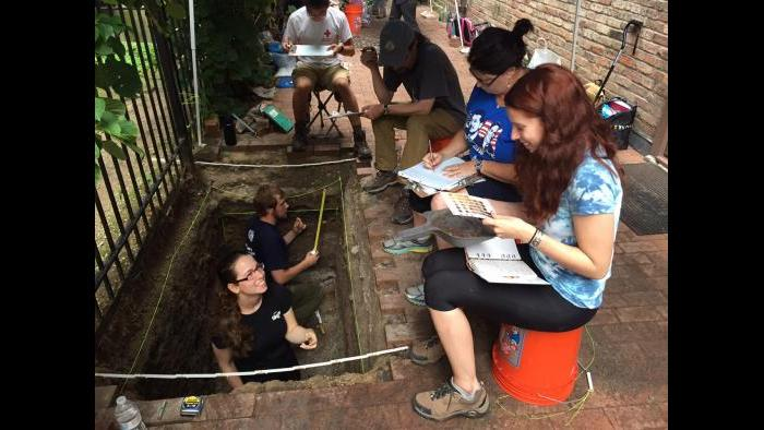 Lake Forest College archaeology students at the Charnley-Persky House. (Photo by Eddie Arruza)